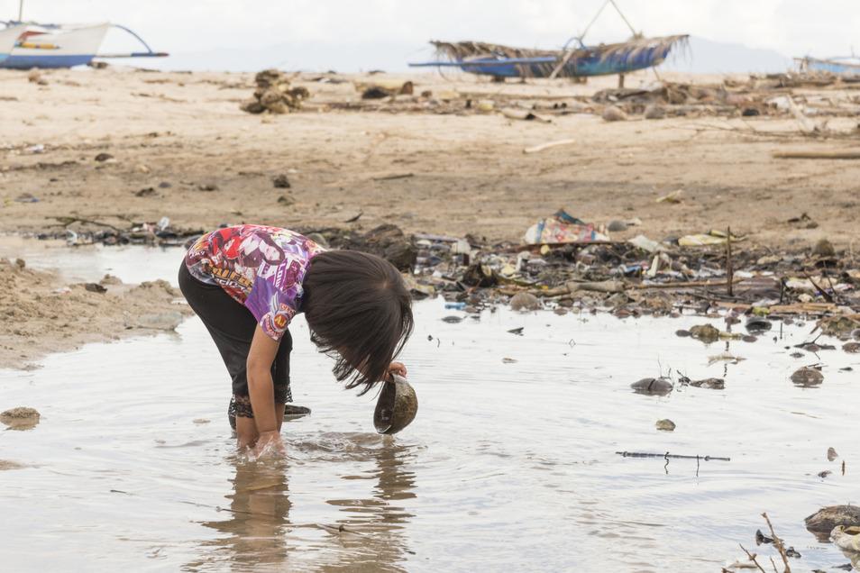 Nicht alle Haushalte haben Zugang zu frischem Trinkwasser. Verschmutztes Wasser, das getrunken wird, kann schwerwiegende gesundheitliche Folgen mit sich bringen.