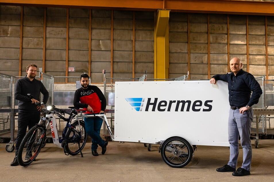 Die Leipziger Firma Sedruck vertreten durch Julius Schröder übergibt in Dresden zwei Fahrrad-Lastenanhänger an den Subunternehmer Al-Abbas von der Rotana GmbH. Geinsam mit Last-Mile-Manager Martion Jule vom Paketdienst Hermes wollen sie die Zustellung umw
