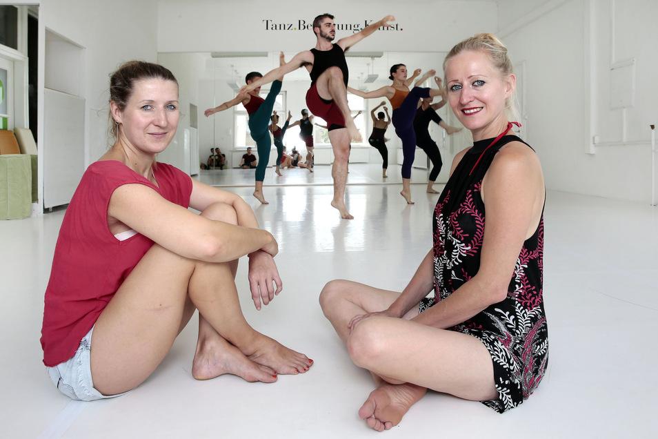 Jana Schmück (l.) und Anne Dietrich überlassen ihren Spiegelsaal in Kirschau einer spanischen Tanzgruppe, die ein Stück probt, das an diesem Freitag aufgeführt wird.