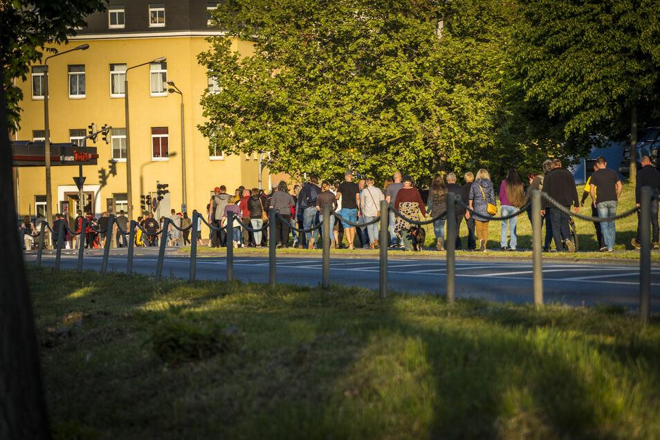 Montagabend spazierten Dutzende Menschen auf einer Rundroute durch Riesa. Hier geht es die Breitscheidstraße zurück in Richtung des Start- und Zielorts am Rathausplatz.