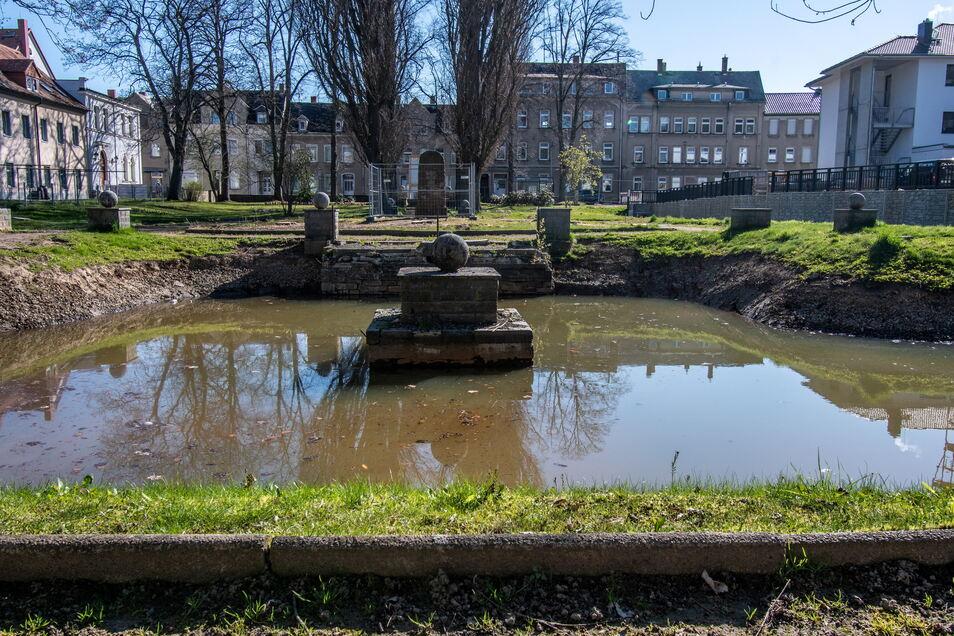 """Der Teich im Stadtpark """"Am Reinhardtsthal"""" in Hartha wurde vom Schlamm und Dreck befreit. Nun müssen zusätzliche Arbeiten ausgeschrieben werden."""