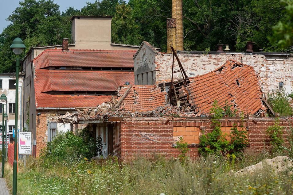 Der einsturzgefährdete Giebel an der Hafermühle wurde abgerissen. Das Dach ist soweit eingefallen, dass davon keine direkte Gefahr mehr für die Straße ausgeht.