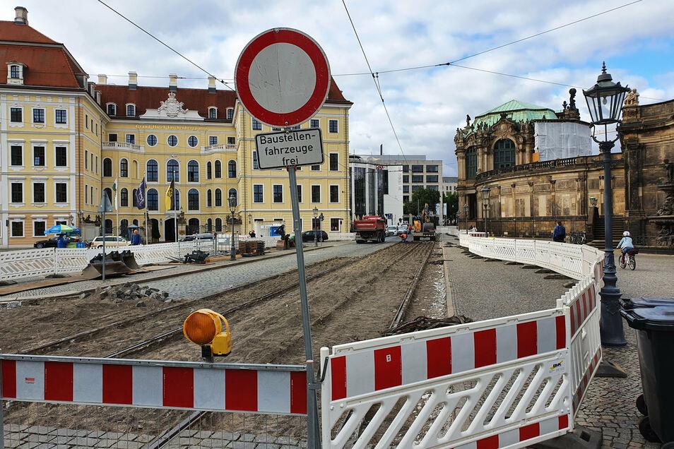 Gesperrt ist die Sophienstraße in diesem Bereich. Dort werden neue Gleise verlegt. Zudem bekommt die Fahrbahn einen neuen Belag aus geschnittenem Natursteinpflaster.