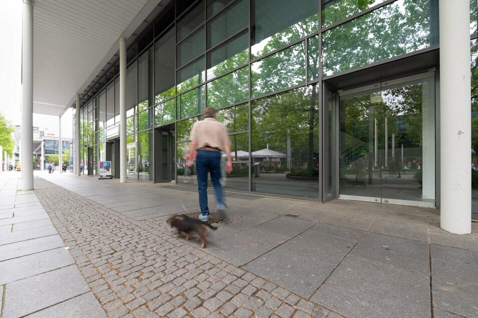 Auf der Prager Straße im Herzen Dresdens zeigt sich, wie viele Geschäfte es nicht durch die Krise geschafft haben. Etliche Läden stehen leer.