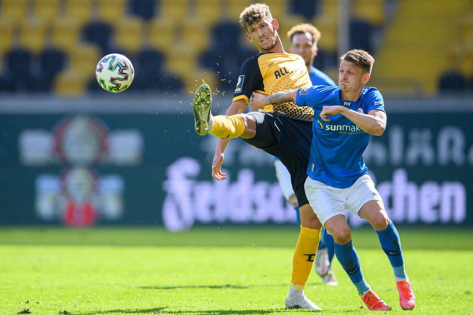 Mit dem langen Bein versucht Heinz Mörschel vor dem Rostocker Nico Neidhar an den Ball zu kommen. Beide Mannschaften schenken sich nichts in diesem Spitzenspiel.