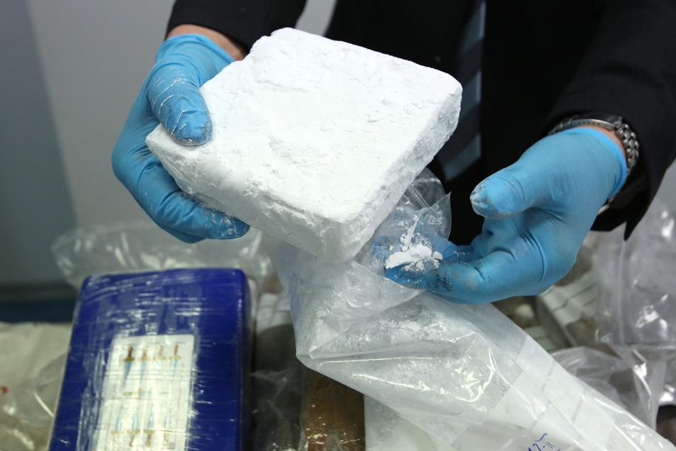 Mit Kokain wie diesem, das der Zoll sichergestellt hat, sollen die beiden Angeklagten gehandelt haben.