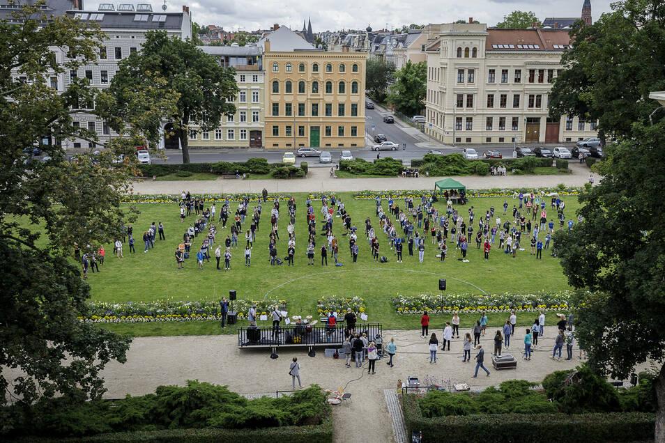 Jeder auf seinem Kreide-Pünktchen: Weil die Abstandsregelung es nicht zuließ, dass alle Schüler zugleich auf dem Wilhelmsplatz stehen, wurde das Programm zweimal aufgeführt.