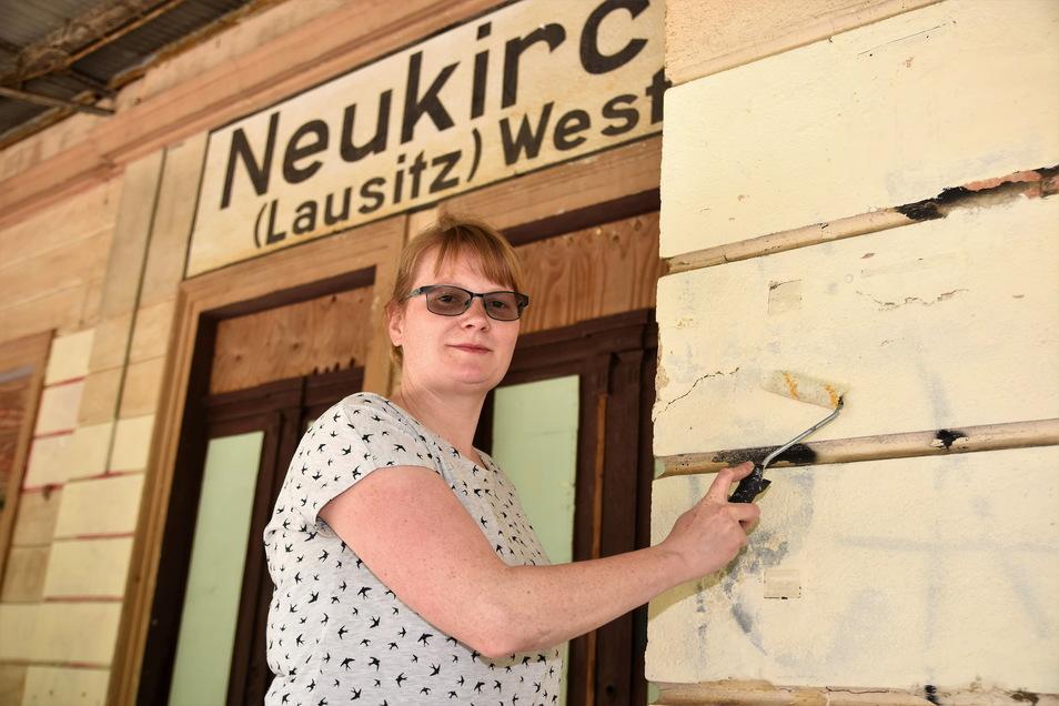 Immer wieder tauchen Schmierereien an der Fassade des Bahnhofsgebäudes Neukirch-West auf. Eigentümerin Marika Barber überstreicht sie jetzt konsequent.