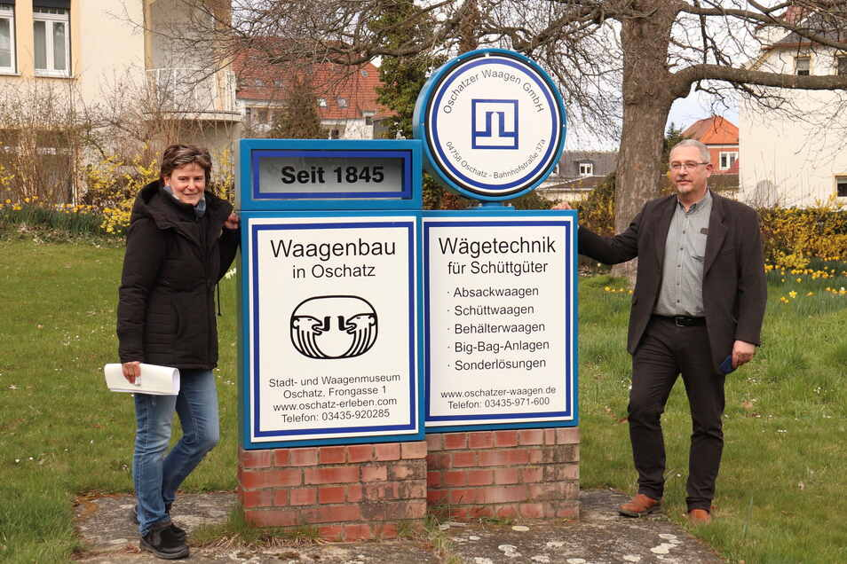 Ein Rätsel bleibt: Warum das Oschatzer Waagen-Denkmal gerade an dieser Stelle steht, wissen auch Dana Bach vom Museum und Jörg Ulmitz von der Oschatzer Waagen GmbH nicht.