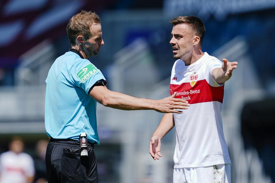 Viel Redebedarf gab es bei Zweitligaspiel zwischen dem SV Wehen Wiesbaden und dem VfB Stuttgart. Hier diskutiert VfB-Profi Philipp Förster mit Schiedsrichter Sascha Stegemann.
