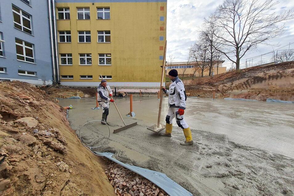 Die Mitarbeiter der Firma Petters haben für den Anbau an der Oberschule eine sogenannte Sauberkeitsschicht gegossen. Der folgen in der kommenden Woche die Bewehrung und eine 50 Zentimeter dicke Bodenplatte.