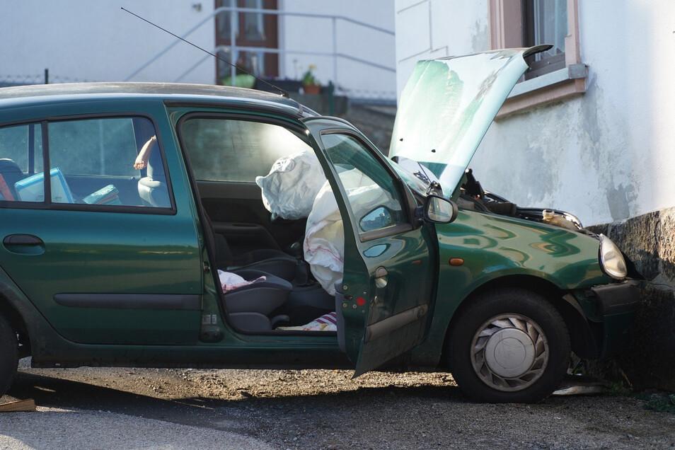 Das Auto landete an einer Hauswand.