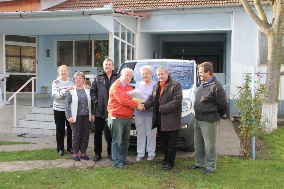 Die Mitglieder vom Zittauer Lions-Club übergeben den Bus für Behinderte an die Caritas Timisoare.