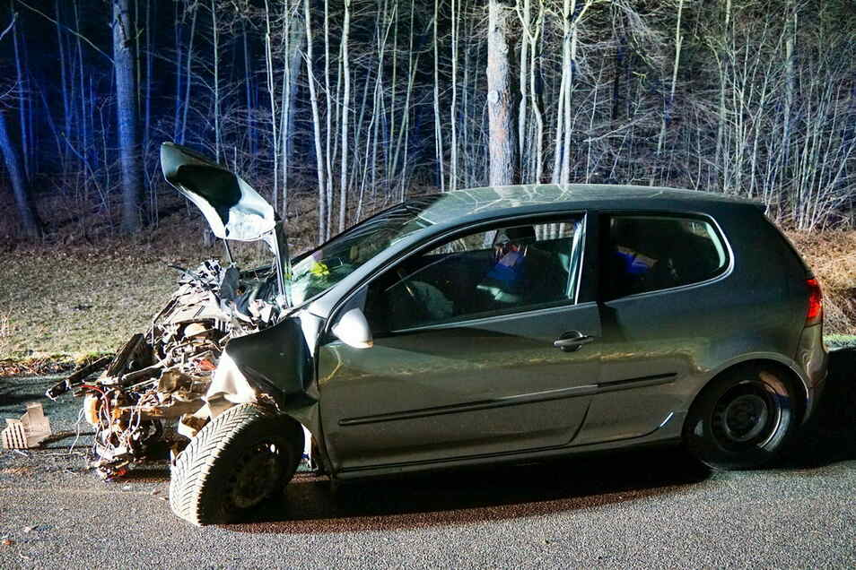 Der in der Nacht zum Sonntag bei Zescha verunglückte VW bot ein Bild des Schreckens.
