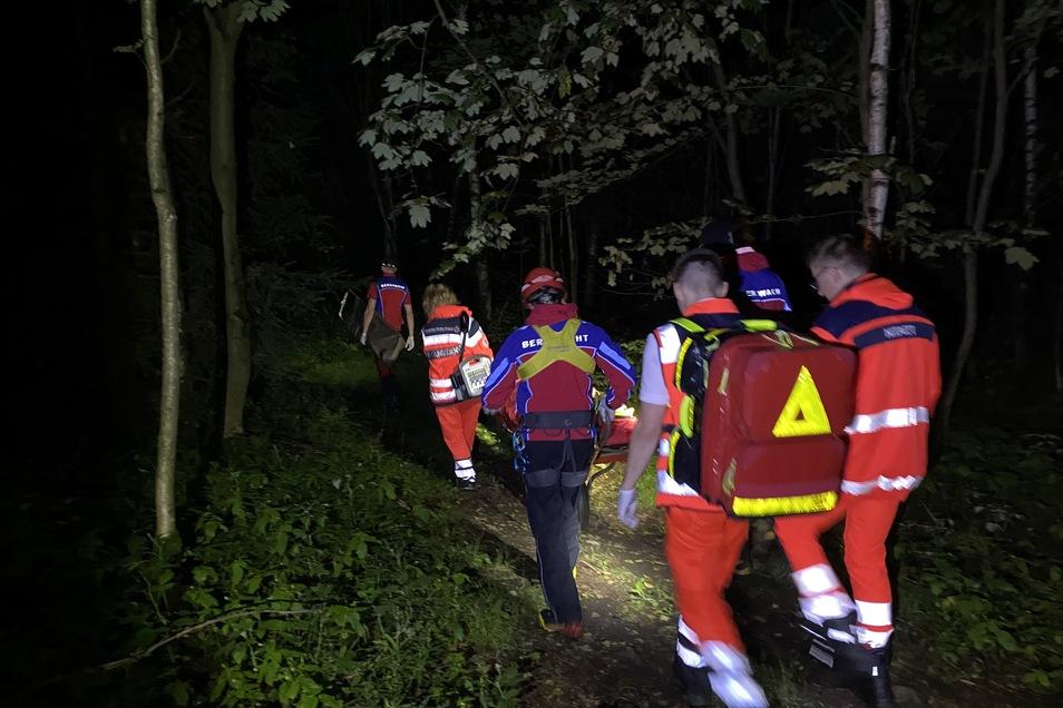Kameraden der Bergwacht und ein Notarzt bringen den 16-Jährigen zum Rettungswagen.