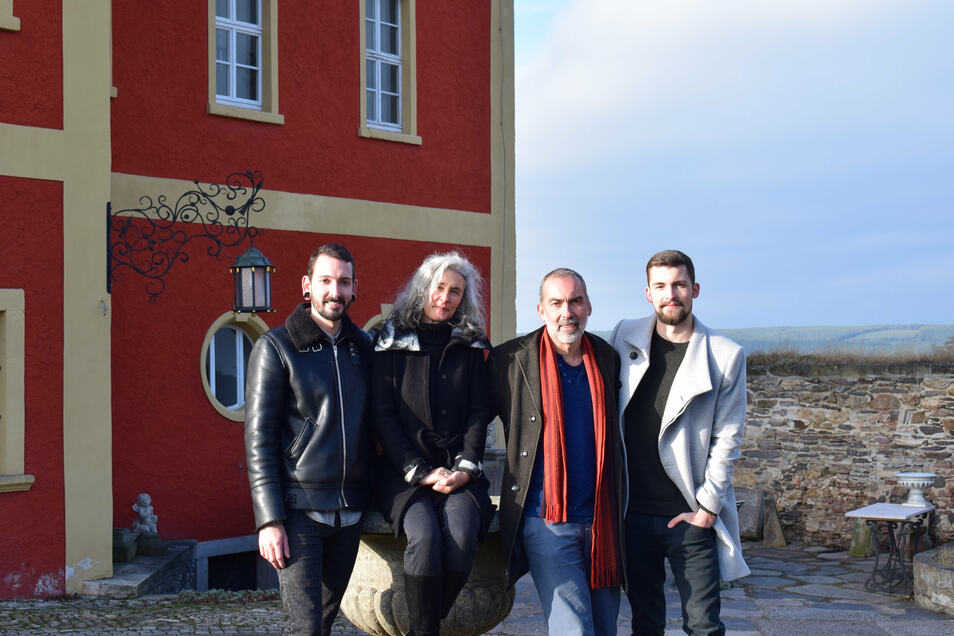 Ganz in Familie am heimatlichen Schloss Brandenstein: Fabian Kahl (l.) mit seinen Eltern Kerstin und Holger sowie Bruder Tobias.
