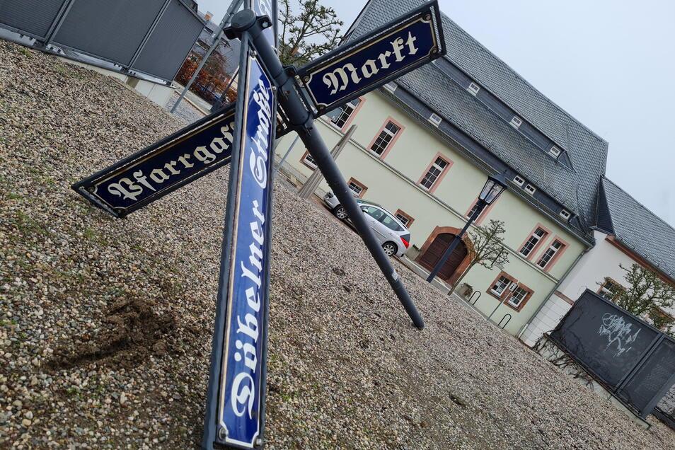 Unbekannte haben ein Schild vor der Stadtinformation Hartha aus der Verankerung getreten.
