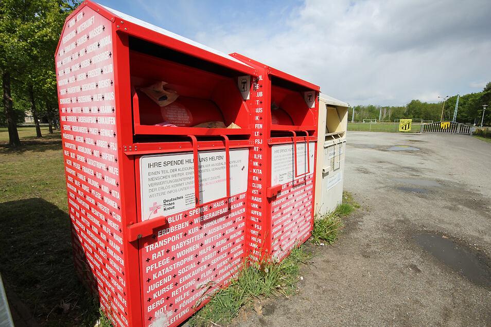 Diese beiden Altkleider-Container hat der DRK-Kreisverband Bautzen am Wertstoff-Containerplatz am Laubuscher Sportplatz aufgestellt. Das aktuelle Altkleideraufkommen sprengt die Lagerkapazitäten.