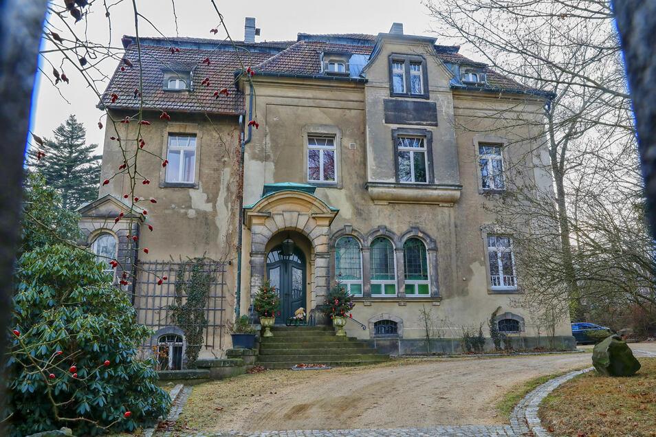 In diese Villa an der Röntgenstraße 13 in Ebersbach drang der 31-jährige Tscheche ein. Dann zog er sich nackt aus und verbrannte seine Klamotten.