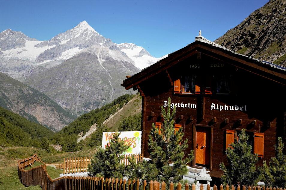 Im Hintergrund ist der Diamant des Wallis zu sehen - das Weißhorn, 4.505 Meter hoch.