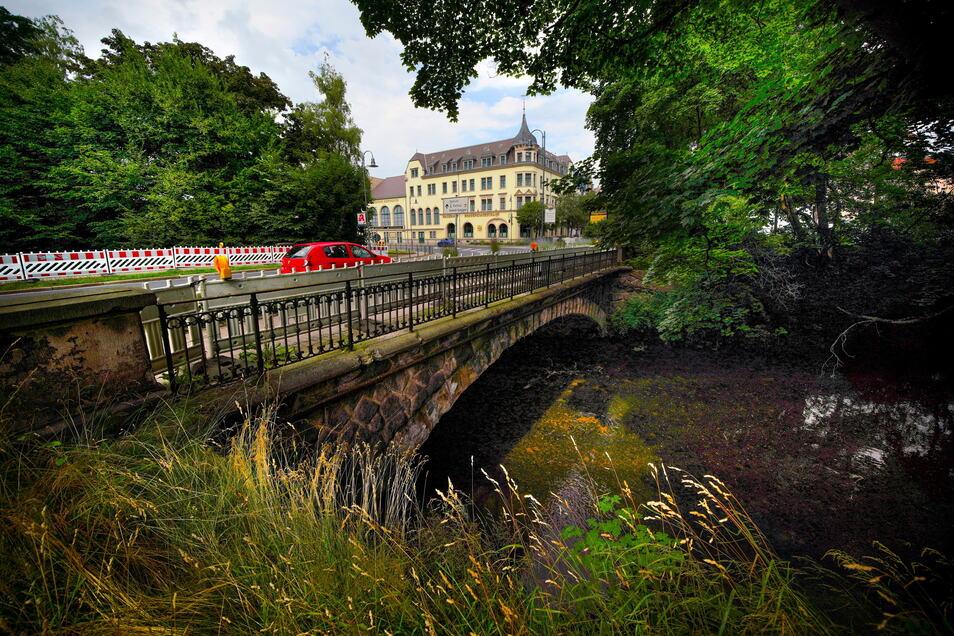 Unter der Brücke Am Kaiserhof in Radeberg soll es einen Tunnel für Fußgänger geben. Doch die Kosten sind hoch.