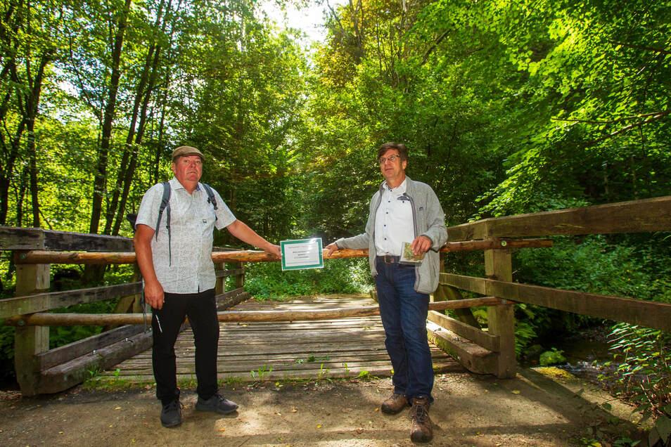 Seit zwei Jahren gesperrt wegen Sturmschäden: Mathias Klimmer (li.) und Rolf Böhm wollen, dass der Wanderweg im Polenztal wieder begehbar wird.