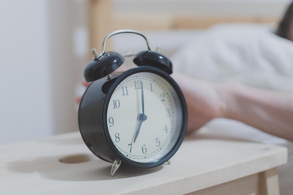 Die Zeitumstellung fällt uns schwer. Ein fester Schlaf-Tag-Rhythmus kann helfen.