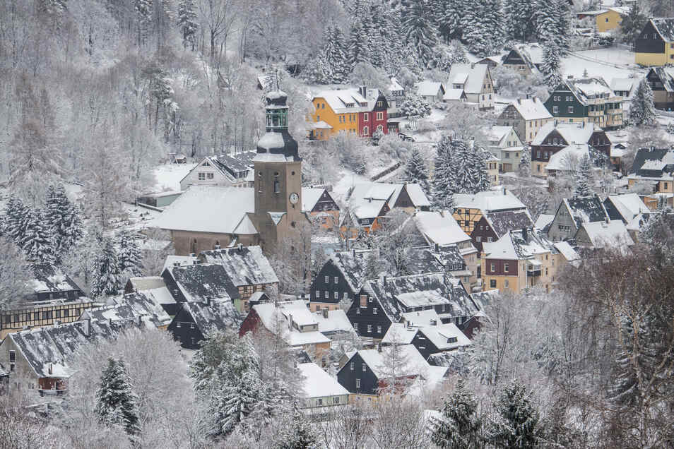 Blick auf die verschneite Kleinstadt Geising mit einer Kirche im sächsischen Osterzgebirge unweit der tschechischen Grenze.