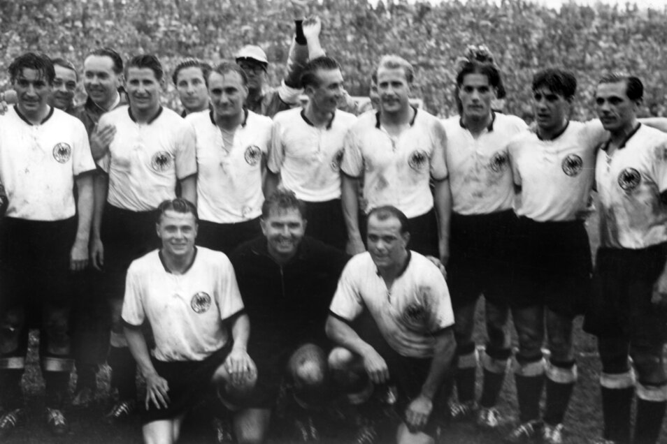 Die Weltmeister-Elf von 1954 (v.o.l.n.r.u.): Fritz Walter, Helmut Rahn, Jupp Posipal, Horst Eckel, Werner Liebrich, Ottmar Walter, Hans Schäfer, Max Morlock, Karl Mai, Toni Turek und Werner Kohlmeyer.