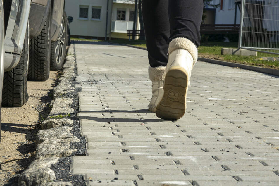 Für manche schick, manch anderen aber schäbig: Wie hier am Riesaer Humboldtring hat die Stadt Fußwege herstellen lassen.
