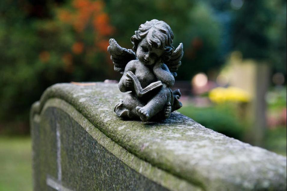 Eine Engelsfigur sitzt auf einem Grabstein. Nach sechs Jahren passt die Stadt Bischofswerda die Gebühren für ihren Friedhof am Schmöllner Weg an. Sie gelten ab dem 1. Januar 2020.
