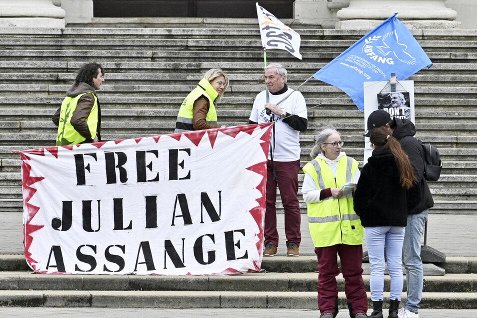 Weltweit demonstrieren Menschen für den Freilassung des Whistleblowers.