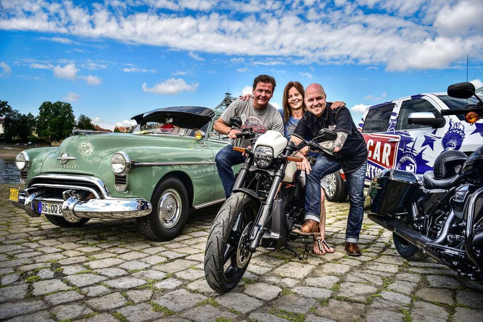 Die Veranstalter der Harley Days, Matteo Böhme (l.) und Mathias Lindner, freuen sich mit Kathrin Melde von Harley Davidson auf das große Bikertreffen.