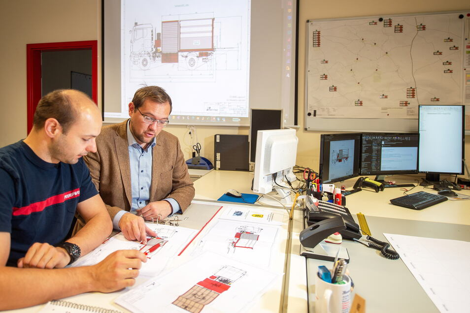 Ebersbachs Bürgermeister Falk Hentschel (r.) und Gemeindewehrleiter Richard Weiß machen sich in der Zentrale der Feuerwehr Gedanken über die Zukunft der Wehr.