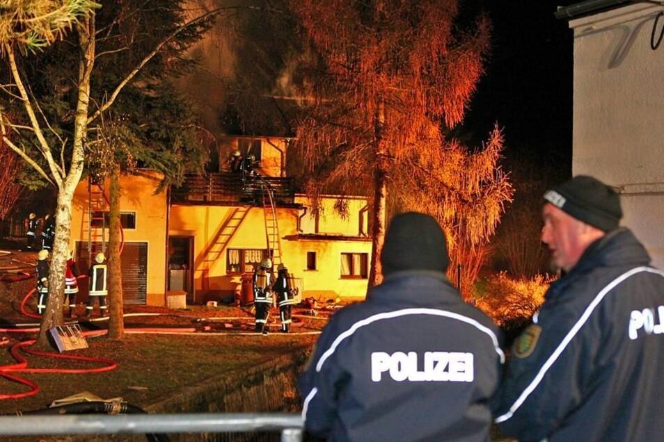 Nach Abschluss der Löscharbeiten hat die Kriminalpolizei die Ermittlungen aufgenommen. Die Ursache des Feuers sei noch unklar, sagte die Polizei am Abend.