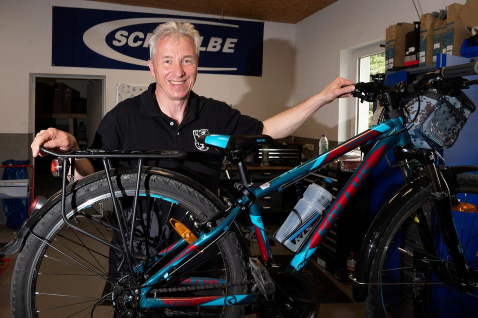 """Kirsten Schmidt betreibt das Ottendorfer Zweirad- und Fahrzeughaus """"Bike & Fun"""". Er freut sich über reichlich Kunden."""