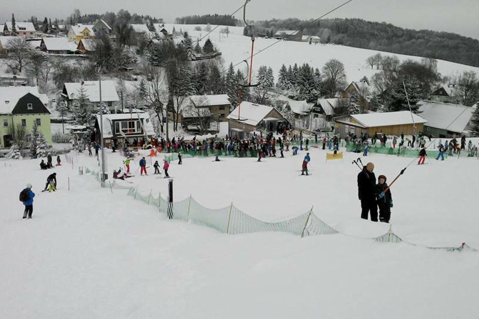 Ein Foto vom Skihang in Rugiswalde aus besseren Tagen. Für den Skiclub fällt nun bereits die zweite Saison aus.