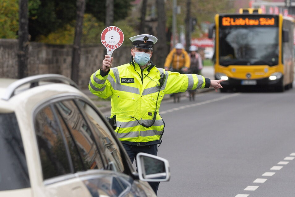 Beamte kontrollierten vor wenigen Tagen auf der Chemnitzer Straße Auto- und Radfahrer.