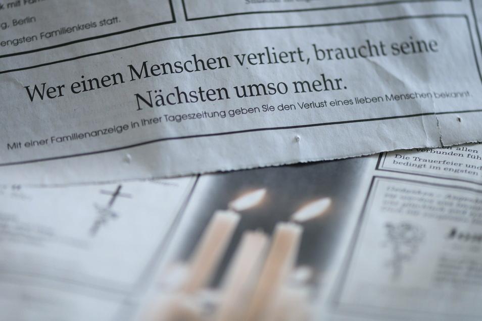 Seit Ausbruch der Corona-Pandemie veröffentlichen deutsche Zeitungen zeitweise mehr Traueranzeigen als gewöhnlich.