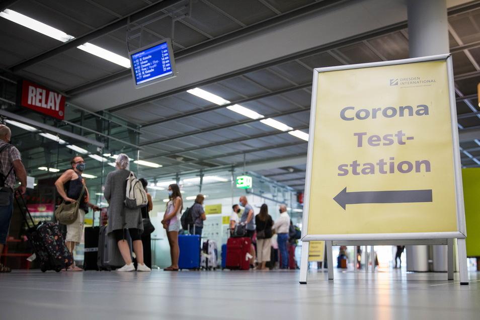 Coronatests - wie hier bei Reiserückkehrern am Flughafen Dresden - werden auch im Herbst eine große Rolle spielen.