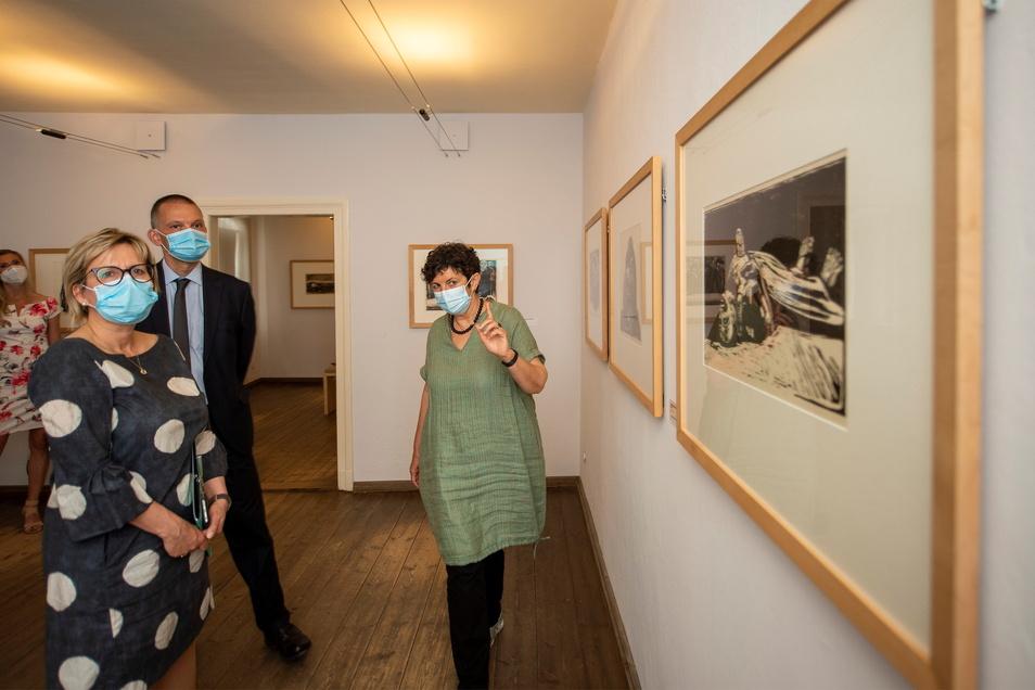 Sabine Hänisch (re.) führte Sachsens Kunstministerin Barbara Klepsch (CDU) und den Meißner Landrat Falk Hänsel (parteilos) am Freitag durch die Ausstellungsräume im Moritzburger Käthe-Kollwitz-Haus.