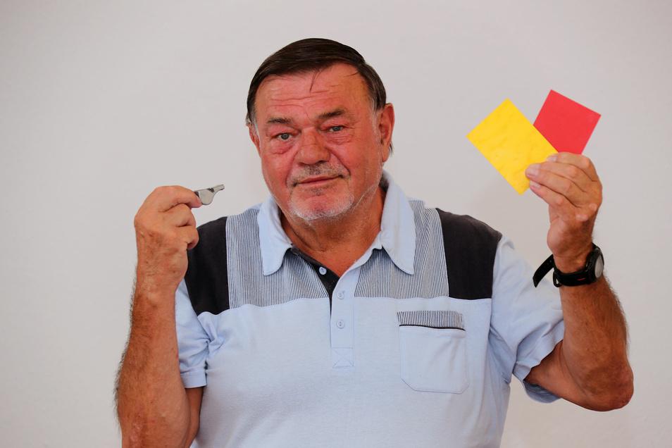 Pfeife sowie Gelbe und Rote Karte sind Andenken von Manfred Otto an die Zeit als Aktiver Schiedsrichter. Heute ist der 70-Jähriger noch als Beobachter tätig und will diese Funktion noch ein, zwei Jahre ausführen.