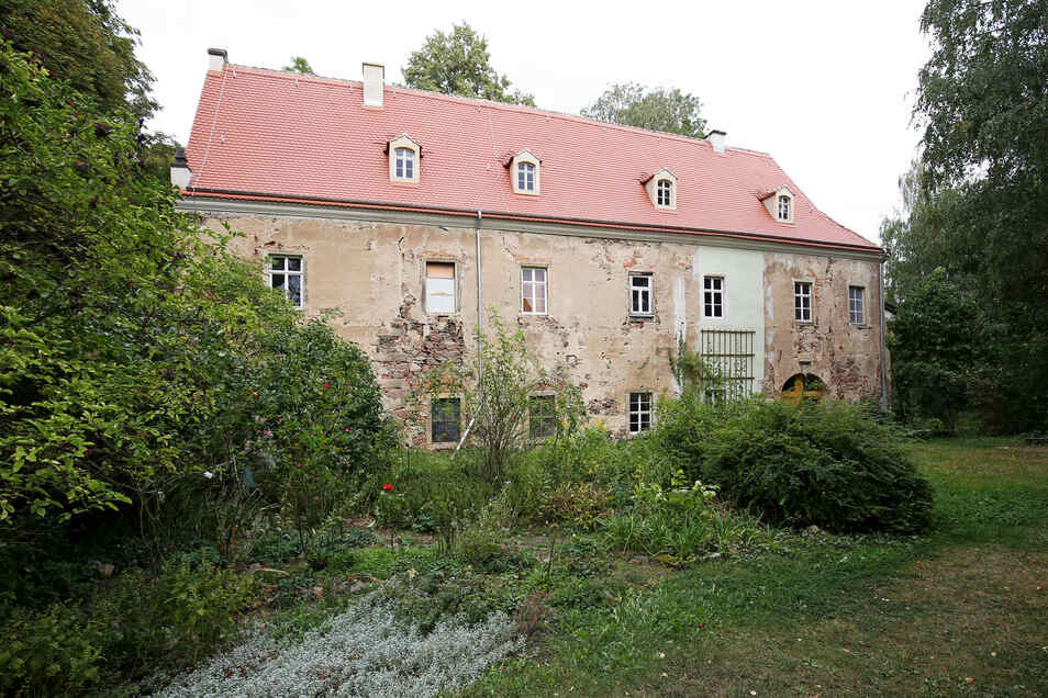 Blick auf Schloss Jahnishausen im Herbst 2019. Das Dach ist saniert, doch darunter wartet noch viel Arbeit. Dafür gab es nun eine hohe Fördersumme.