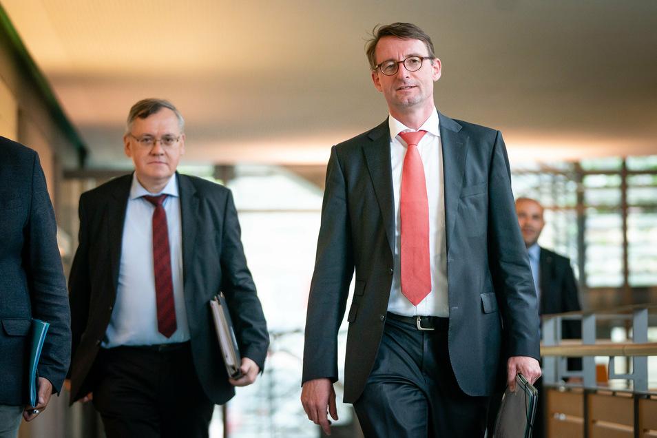 Schwerer Gang vor die Presse: Sachsens Innenminister Roland Wöller (r.) und Dirk-Martin Christian, neuer Präsident des Landesamtes für Verfassungsschutz.
