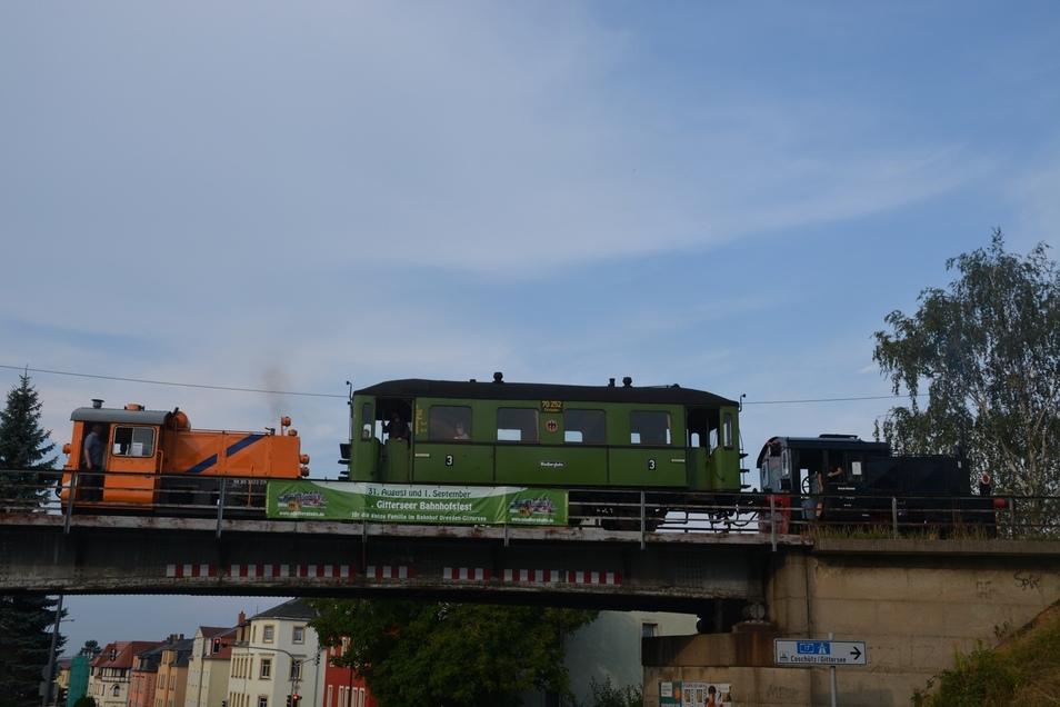 Ein Zug der Windbergbahn auf der Brücke Karlsruher Straße.