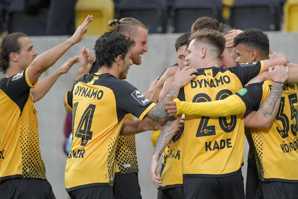 Und sie jubeln doch: Ransford-Yeboah Königsdörffer (r.) hat sein erstes Profi-Tor für Dynamo geschossen – und die Mitspieler freuen sich mit ihm.