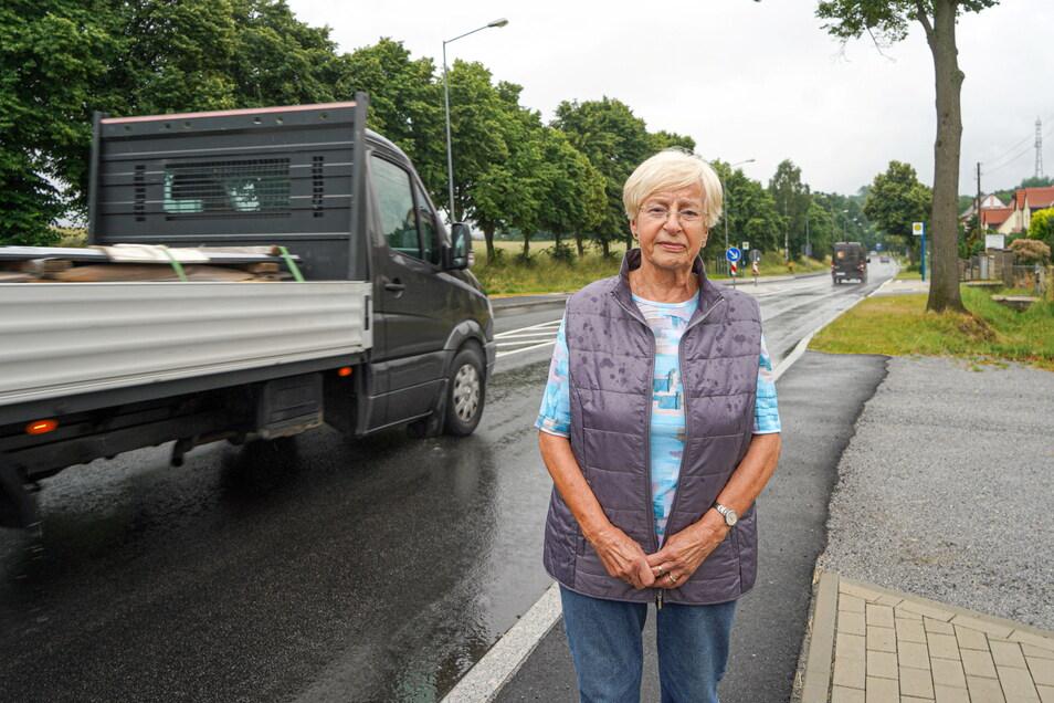 Ärger auf der Hoyerswerdaer Straße in Bautzen: Thea Zahn und andere Anwohner sind frustriert, weil es seit Straßenbauarbeiten auf der Häuserseite keinen Gehweg mehr gibt.