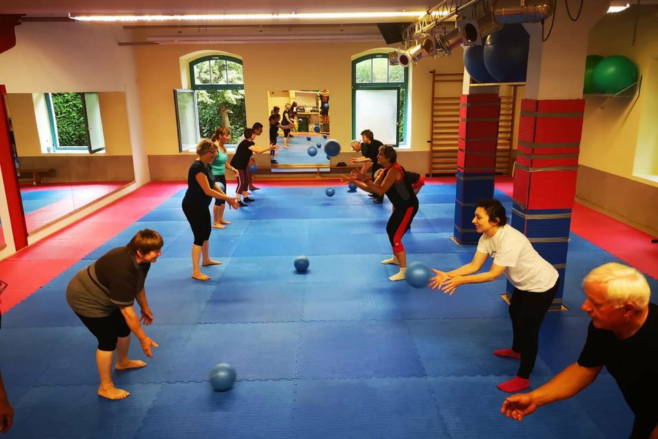 Rehasport im Sportzentrum Tomogara in Kamenz - auf Abstand, aber ohne Maske ist das Training in kleinen Gruppen weiterhin möglich.