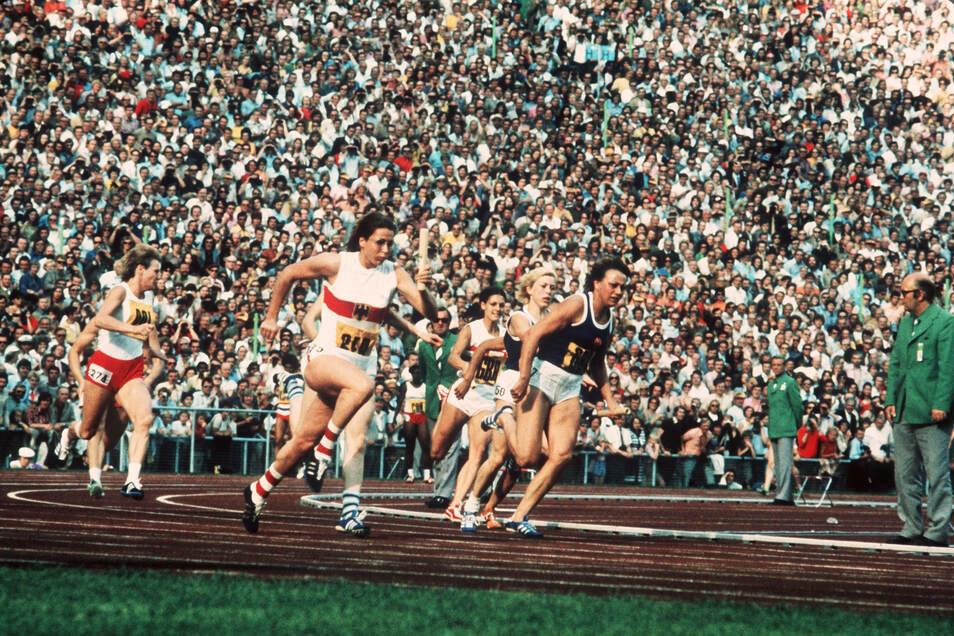 Renate Stecher (r) bei der 4x100-m-Frauenstaffel 1972 bei den Olympischen Sommerspielen im Münchner Olympiastadion.