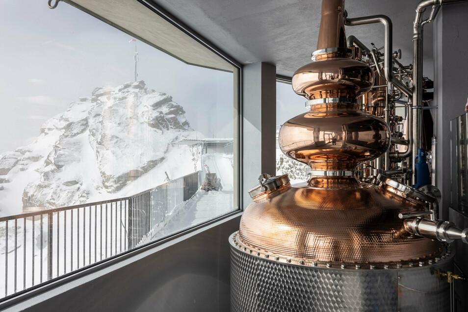 Auf dem Corvatsch, nahe St. Moritz in der Schweiz, eröffnet die höchstgelegene Whisky-Destillerie der Welt